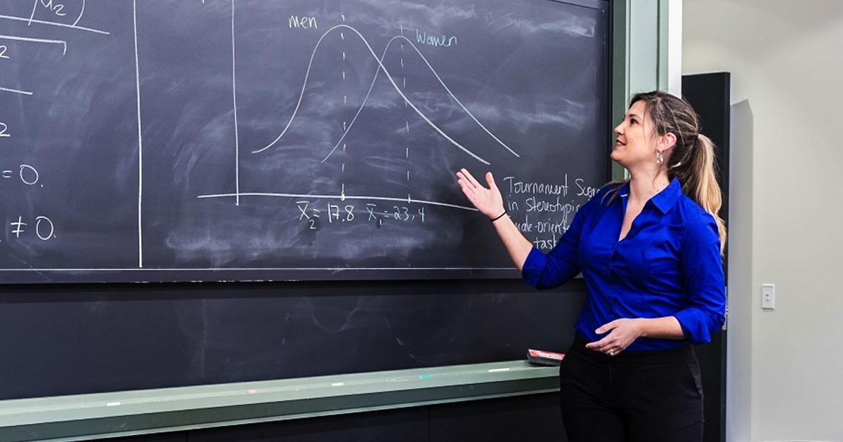 how to become an economics professor